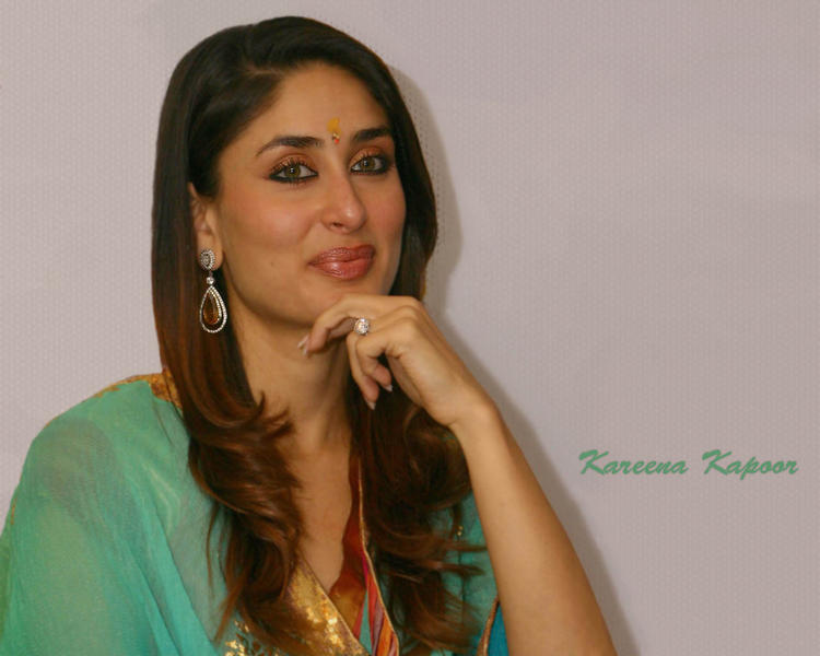 Kareena Kapoor Cute Smiling Face Look Wallpaper