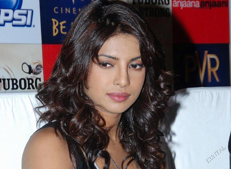 Priyanka Chopra Simple Face Look Wallpaper