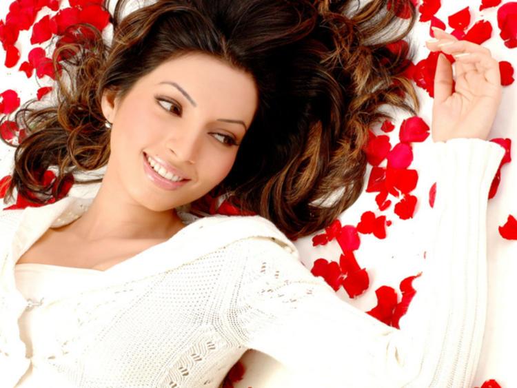Shama Sikander Romantic Face Look Wallpaper