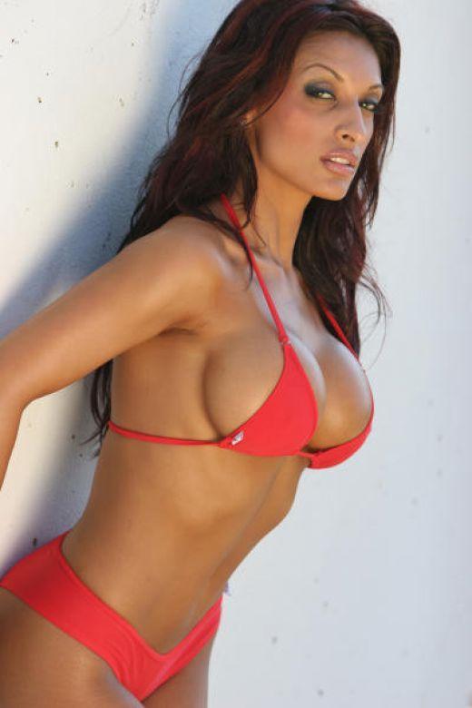Amrit Dhaliwal Sexy Boob Pic In Bikini