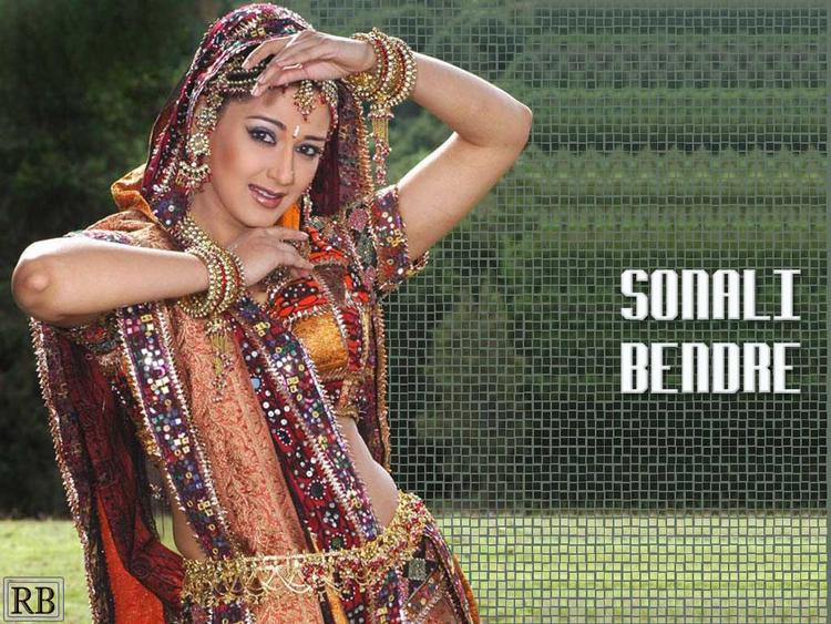 Beautiful Sonali Bendre Dancing Pose Wallpaper