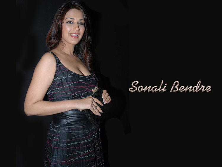 Sonali Bendre Smiling Face Look Wallpaper