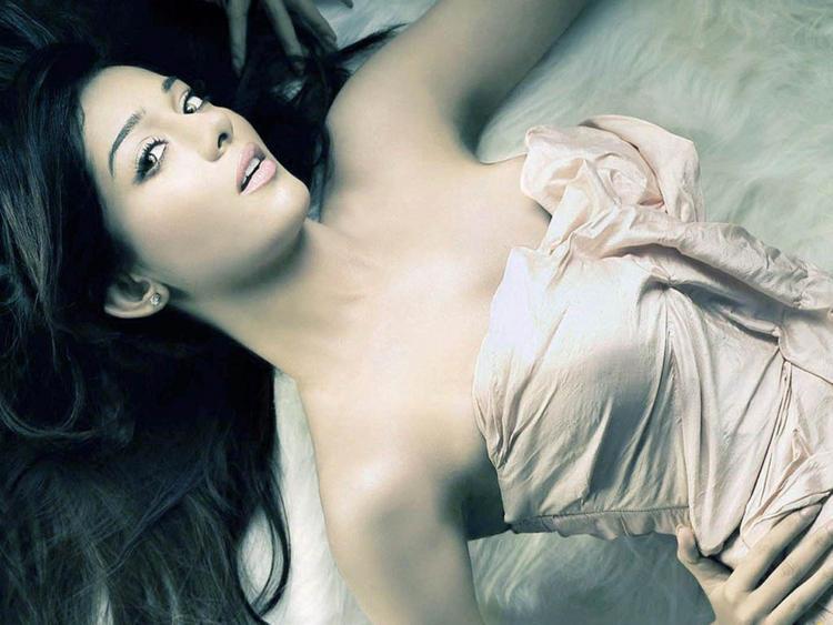 Amrita Rao Hot Romancing Pic