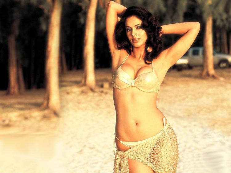 Mallika Sherawat Bold Outfit Wallpaper