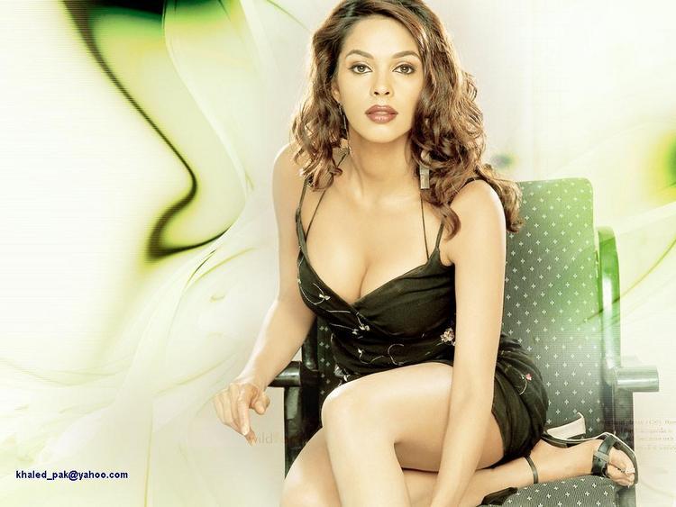 Mallika Sherawat Open Boob Show Sexy Wallpaper