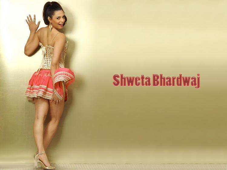 Shweta Bhardwaj Sexy Back Exposing Wallpaper