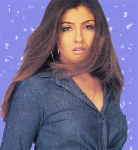 Raveena Tandon Romancing Face Wallpaper