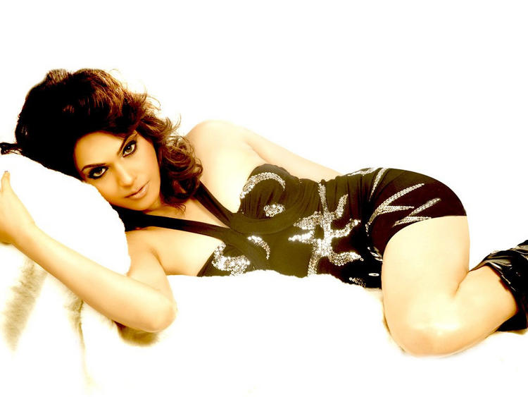 Isha Koppikar Hot and Spicy Look Wallpaper