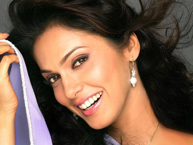 Smilling Beauty Isha koppikar Wallpaper