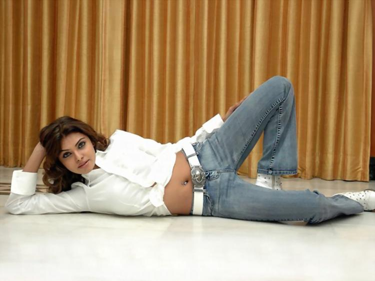 Mona Chopra Spicy Navel Pic In White Shirt and Jeans