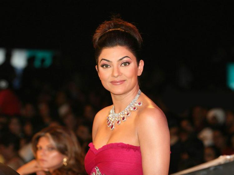 Sushmita Sen Strapless Dress Gorgeous Photo