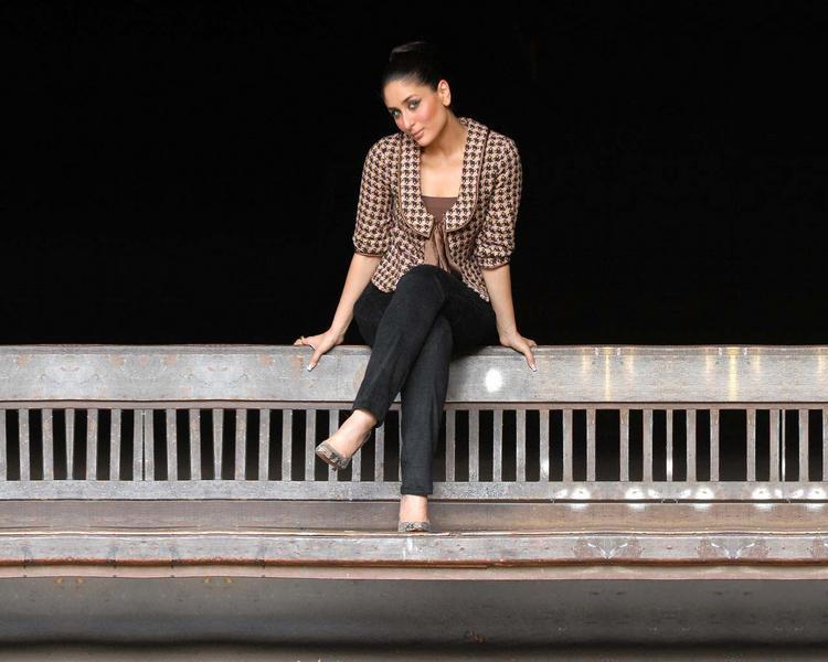 Kareena Kapoor Sitting Pose Wallpaper