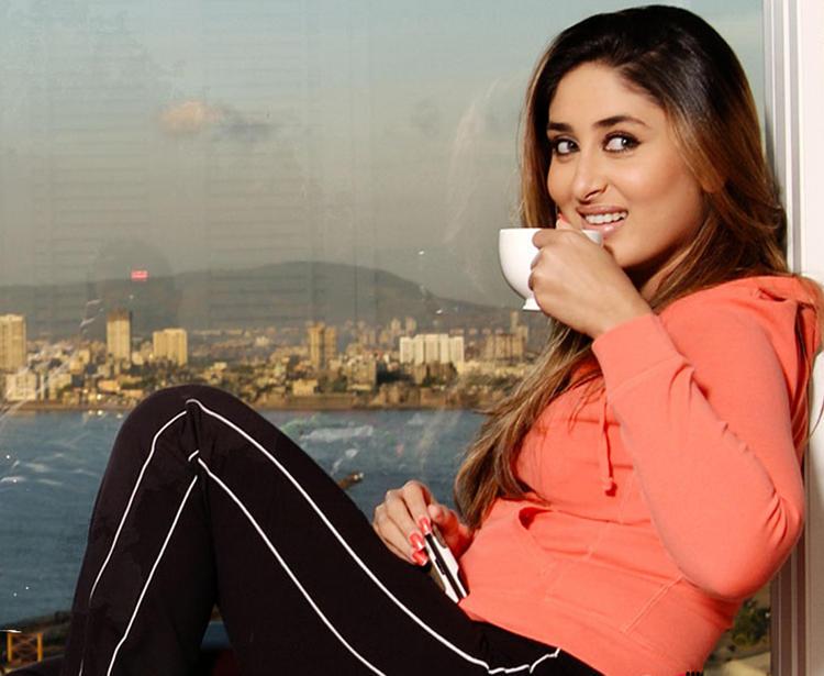 Kareena Kapoor Smiling Wallpaper