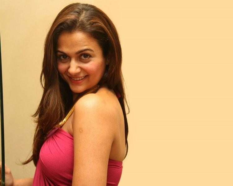 Amrita Arora Smiling Wallpaper