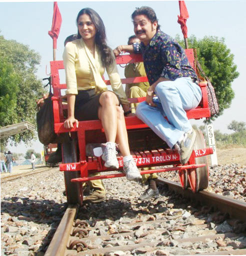 Lara Dutta and Vinay Pathak Cute Stunning Pic In Chalo Dilli