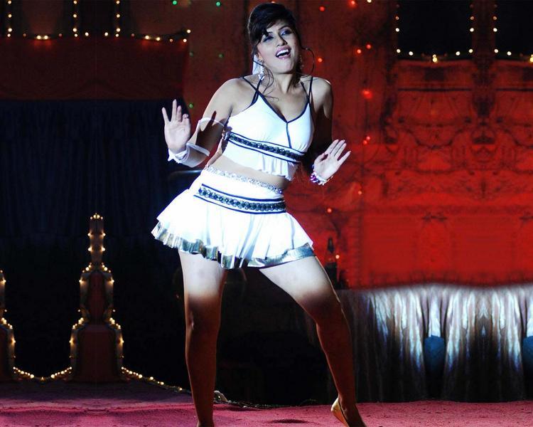 Aarti Puri Dancing Pose Hot Wallpaper
