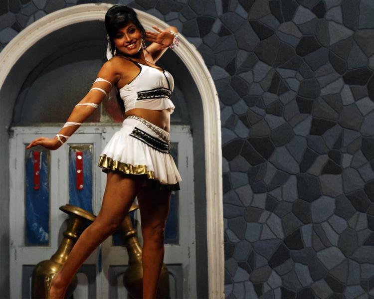 Aarti Puri Dancing Pose Wallpaper