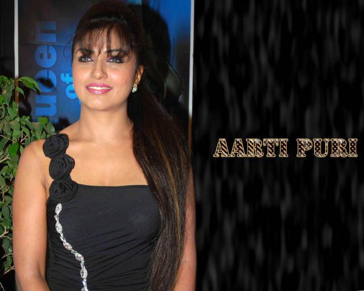 Aarti Puri Smiling Look Wallpaper