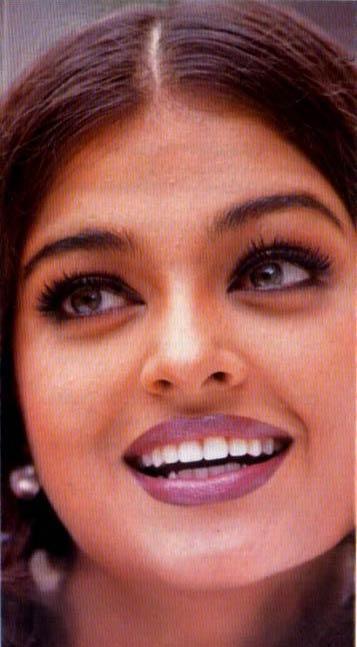 Aishwarya Rai Sizzling Look With Smile Wallpaper