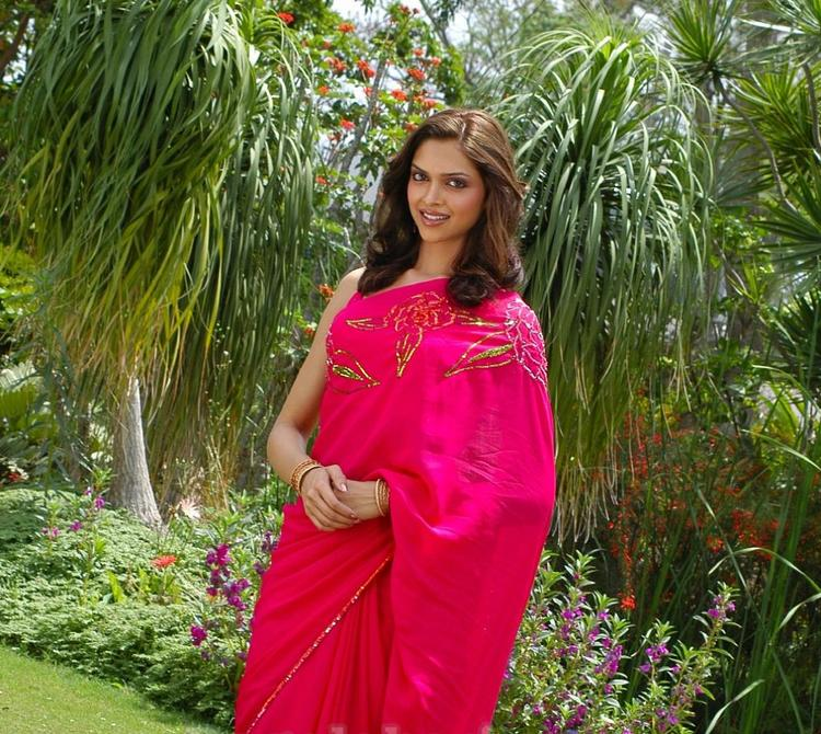 Deepika Padukone Sizzling Images In Saree