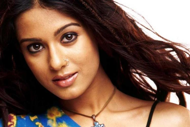 Amrita Rao Sizzling Face Look Wallpaper