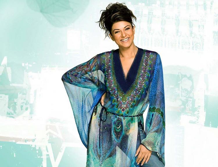 Cute Hot Sushmita Sen Smiling Look Wallpaper