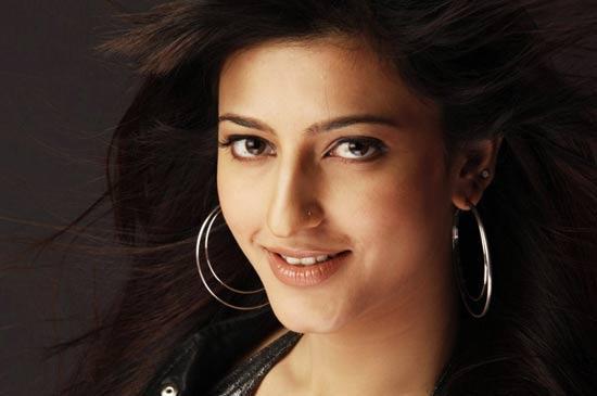 Shruti Hassan Sweet Romancing Face Still