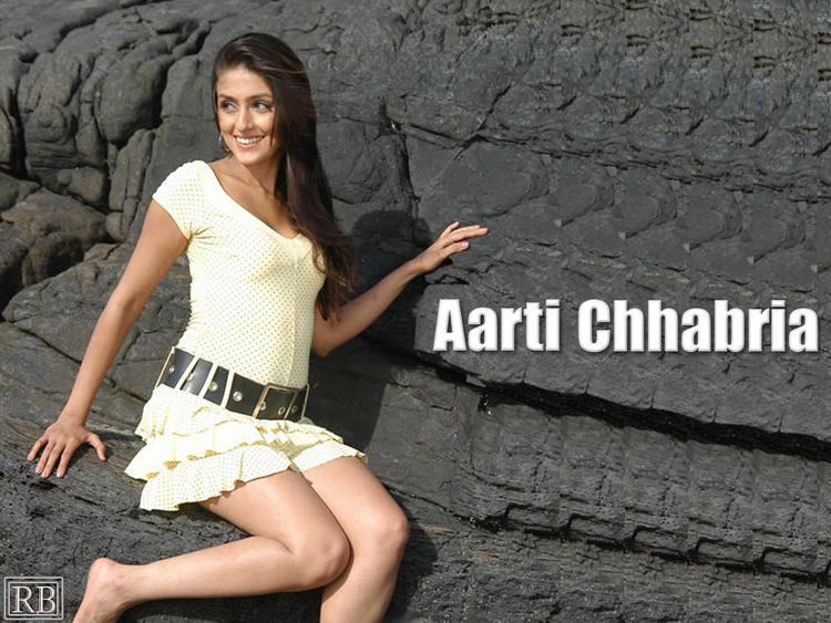 Aarti Chhabria Milky Leg Exposing Wallpaper