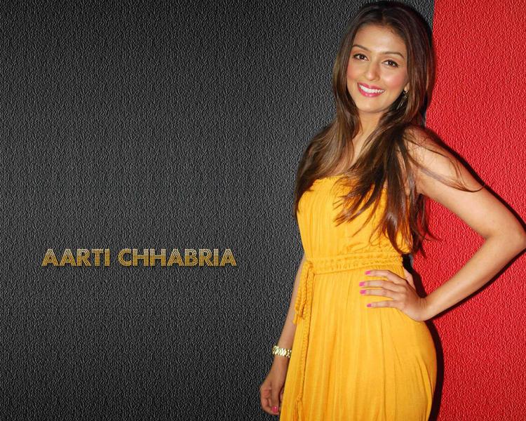 Aarti Chhabria Sweet Smiling Pose Wallpaper