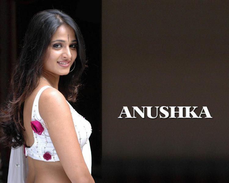 Glowing Anushka Shetty Wallpaper In Saree