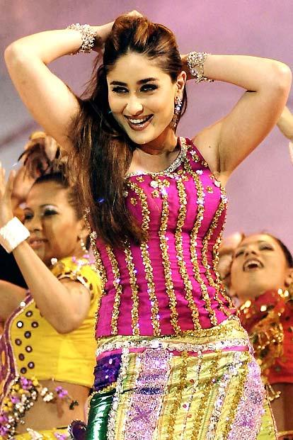 Kareena Kapoor Sexy Look Stage Performance Still
