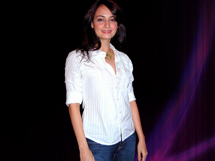 Diya Mirza Looks Hot In White Shirt and Jeans