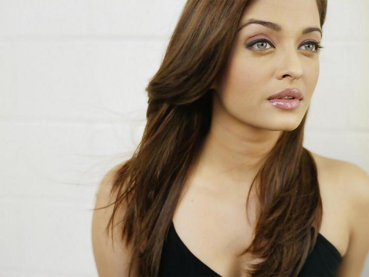 Aishwarya Rai Sexy Eyes and Wet Lips Wallpaper