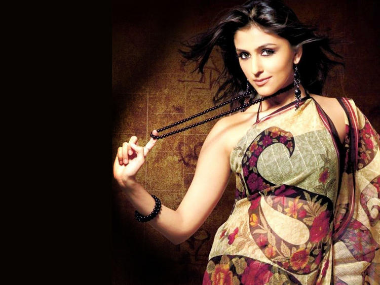 Aarti Chhabria Nacklace Holding Pic