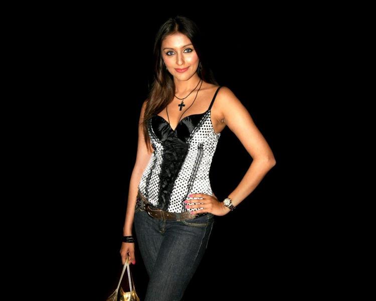 Gorgeous Aarti Chhabria Walpaper