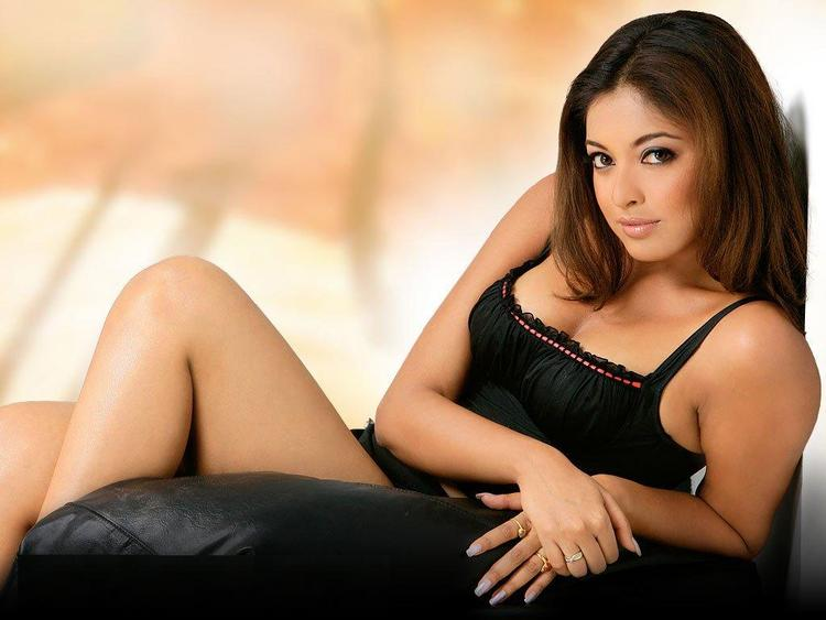 Tanushree Dutta Sizzling Romancing Look Wallpaper