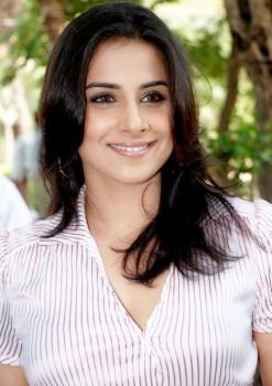 Vidya Balan Smiling Face Look Wallpaper
