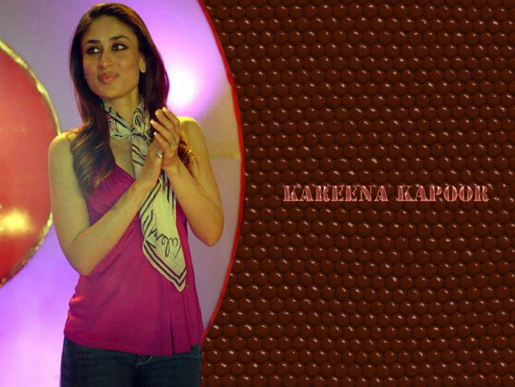 Kareena Kapoor Clapping Pose Wallpaper