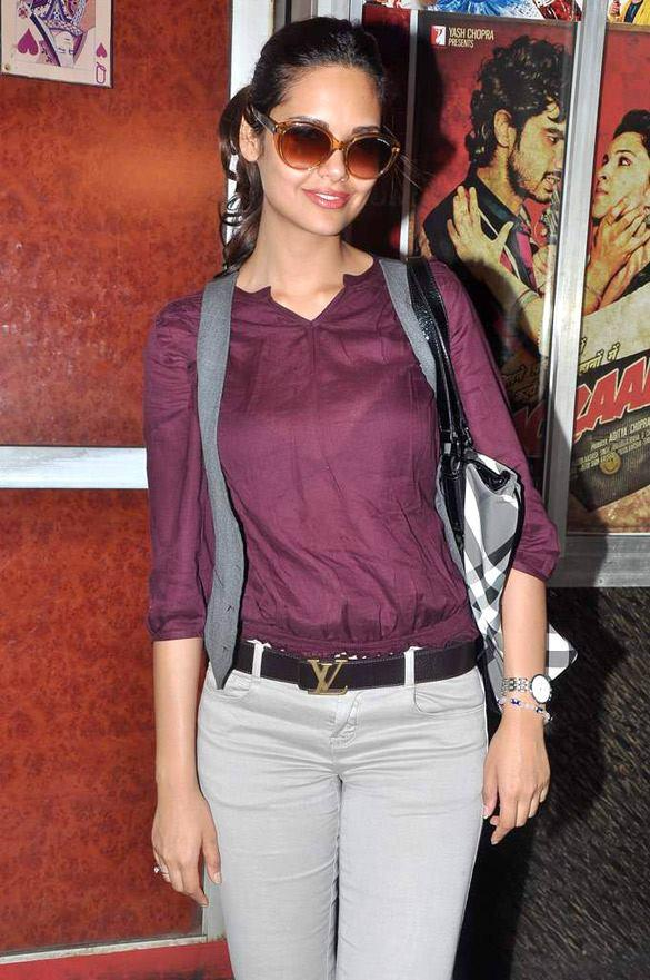 Esha Gupta Poses to Photo Shoot