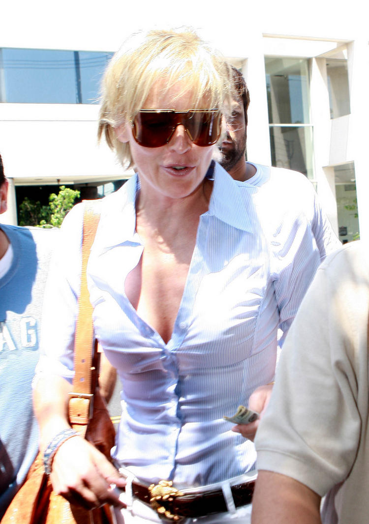 Sharon Stone Wearing Sunglass Hot Photo