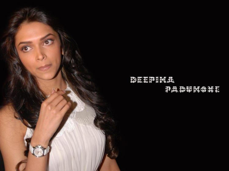 Deepika Padukone Cute Close Up Pose Wallpaper