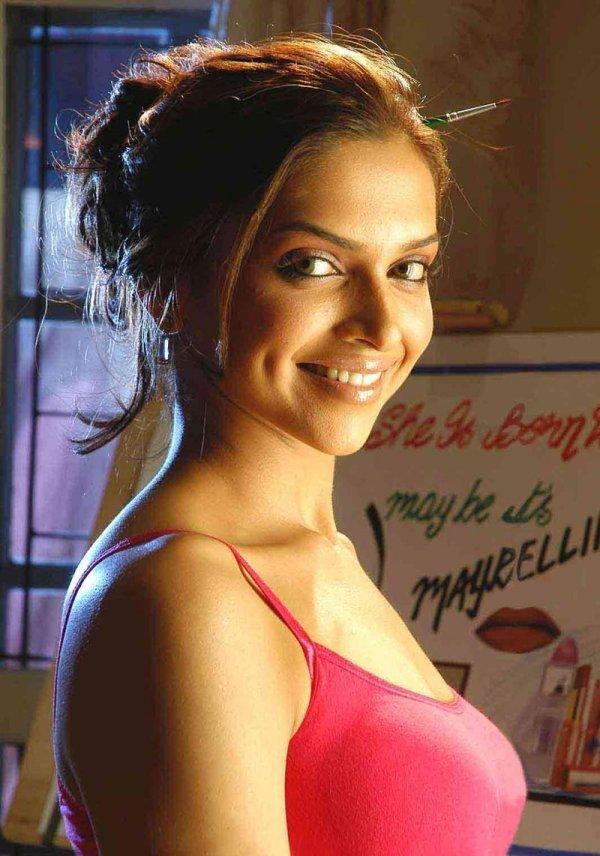Deepika Padukone Smiling Face Stunning Pic