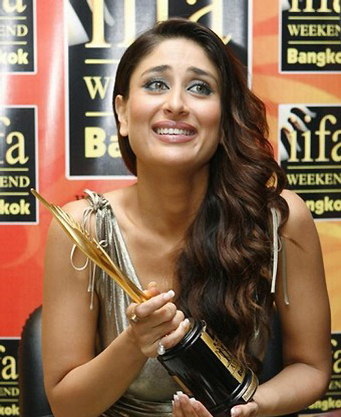 Kareena Kapoor Cute Smile Still With IIFA Awards
