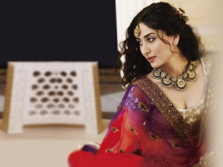 Kareena Kapoor Romancing Still In Saree