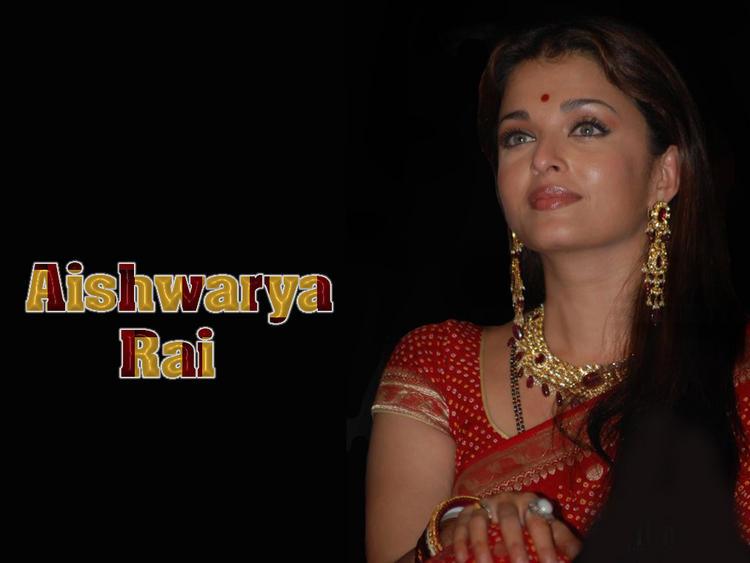 Aishwarya Rai Beautiful Wallpaper In Saree