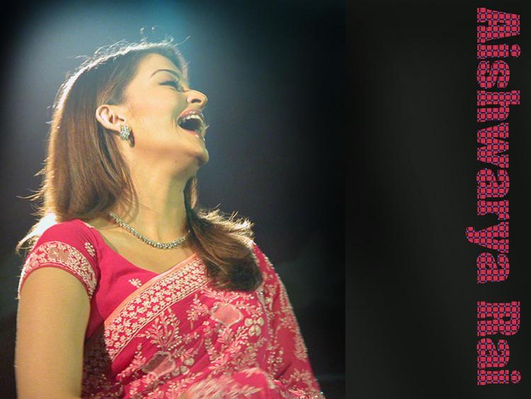Aishwarya Rai Open Smile Wallpaper In Saree