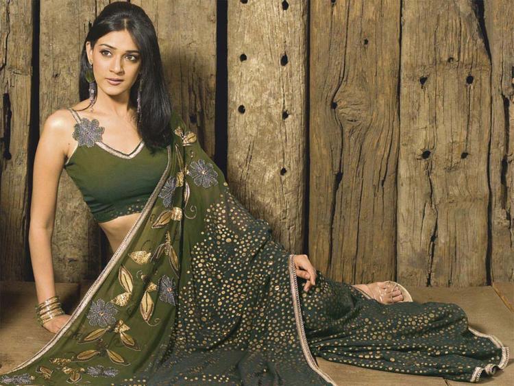 Neha Jhulka Spicy Hot Look In Saree