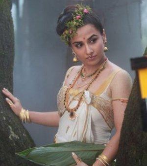 Hot Vidya Balan in Urumi Movie On Location