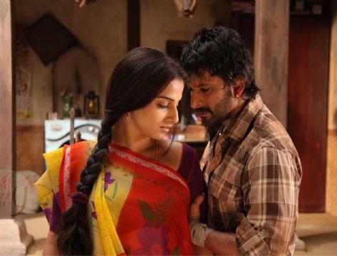 Romantic Scene of Arshad Warsi and Vidya Balan