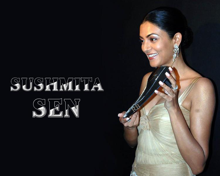 Sushmita Sen Smiling Face Look Wallpaper